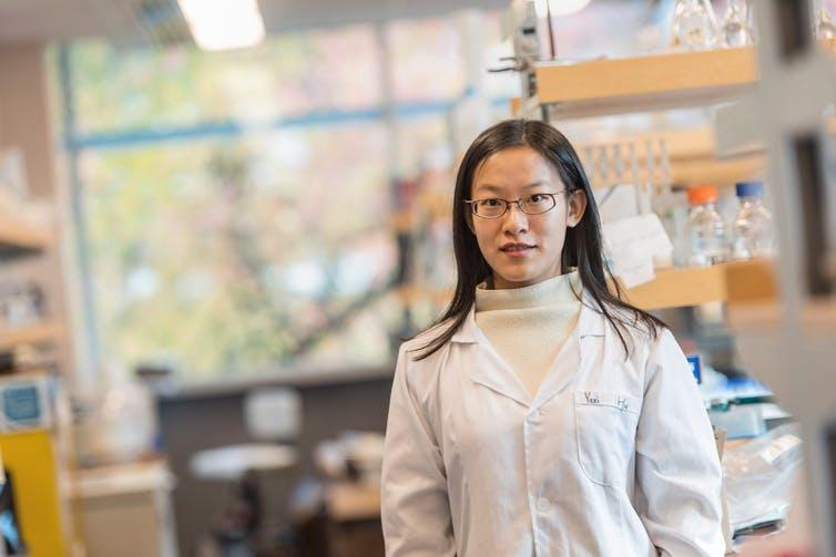 یاژی هو (Yaxi Hu) پژوهشگر دانشگاه بریتیش کلمبیاست که در سال ۲۰۱۶ توانست آزمونی برای شناسایی گوشت حیوانات مختلف در گوشت چرخکرده طراحی کند. فناوری بلاک چین میتواند به فرآیند شناسایی مبدا و منشاء موادغذایی، آن هم به صورت آنی کمک کرده و نیاز به چنین آزمایشهایی را به حداقل برساند.