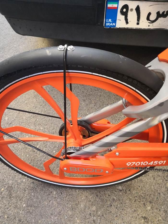 چرخ عقب هم بدون دنده است. روی بدنه شماره دوچرخه هک شده و طوقه و لاستیک و پره ها پایدار به نظر میرسن