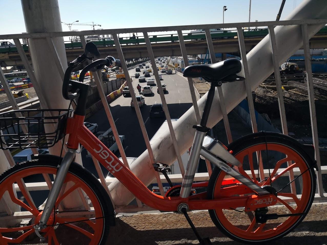 دوچرخه واقعا شهر رو قشنگتر و تمیزتر می کنه. البته بردنش روی پل کمی سخت بود اما خطری نیست