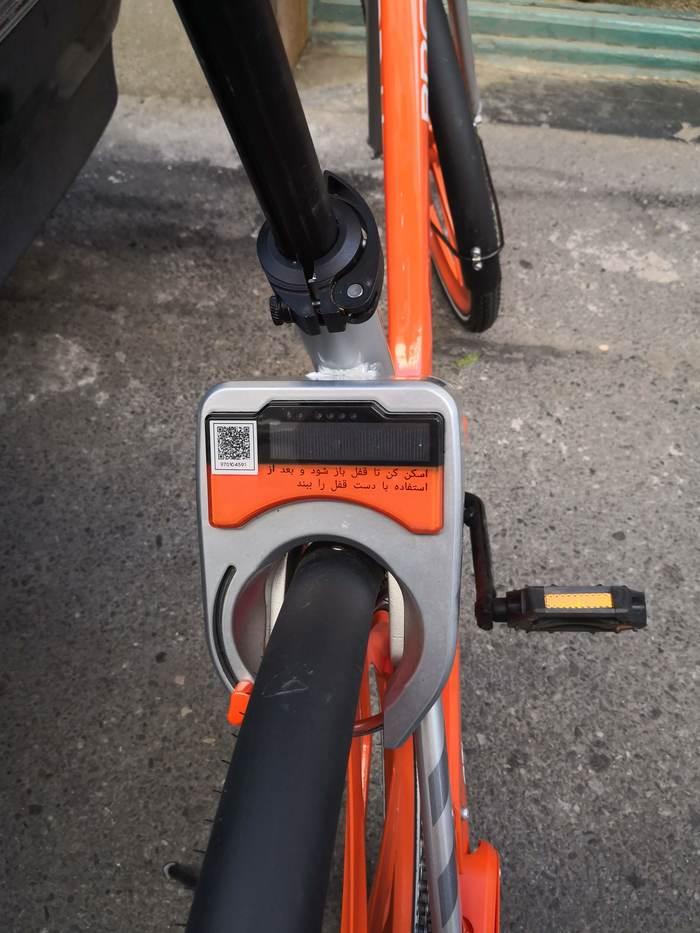 پشت دوچرخه یک قفل مکانیکی هست که با اسکن کردن کیو آر کد توسط برنامه، باز می شه