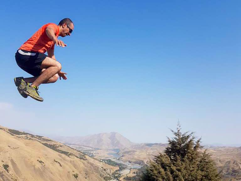 شاهین طبری، موسس و رئیس هیأت مدیره شرکت چارگون در حال ورزش کردن در کوه