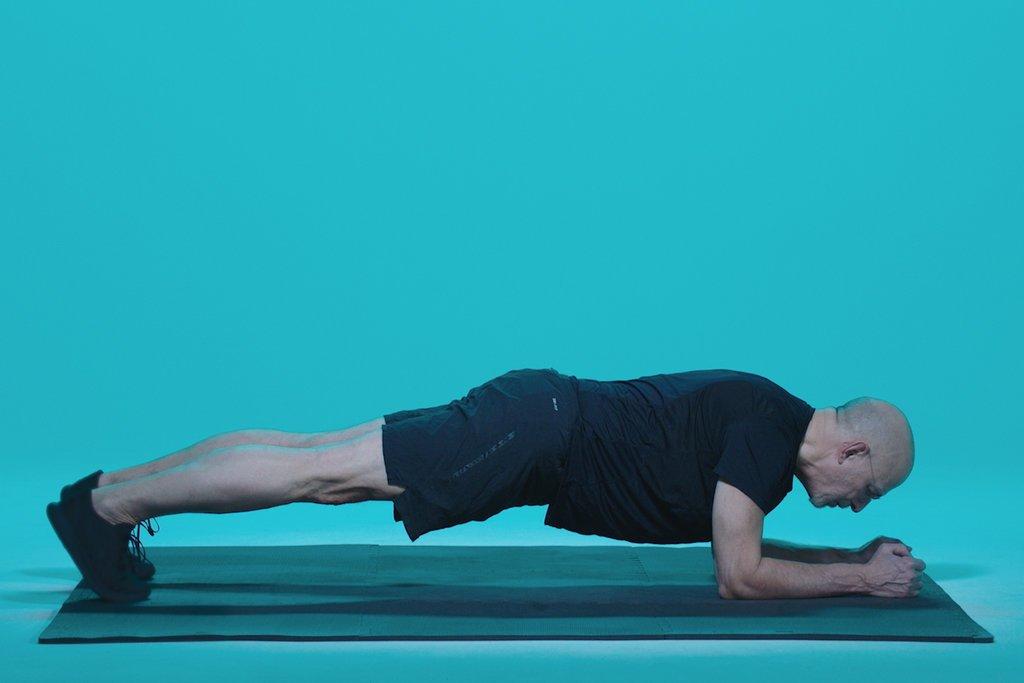 برای بهتر انجام دادن شنا حرکت پلانک را تمرین کنید.