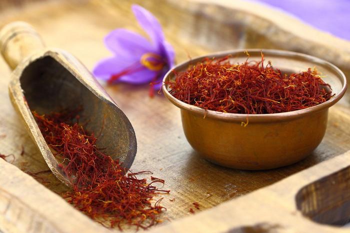 همه چیز درباره زعفران، طبع و مضرات و خواص دارویی زعفران در طب سنتی