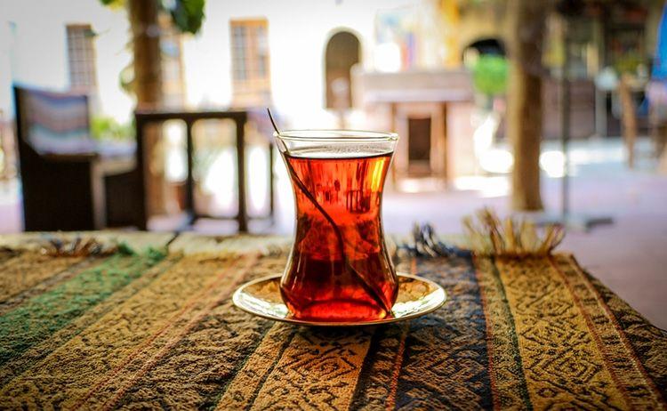 چای بهخاطر حرارت مزاجی خود، اخلاط لزج را از مسیرهایی که در آن تجمع یافتهاند، پاک میکند و انسدادهای مجاری بدن را باز مینماید و همچنین تشنگی کاذب را برطرف میکند.