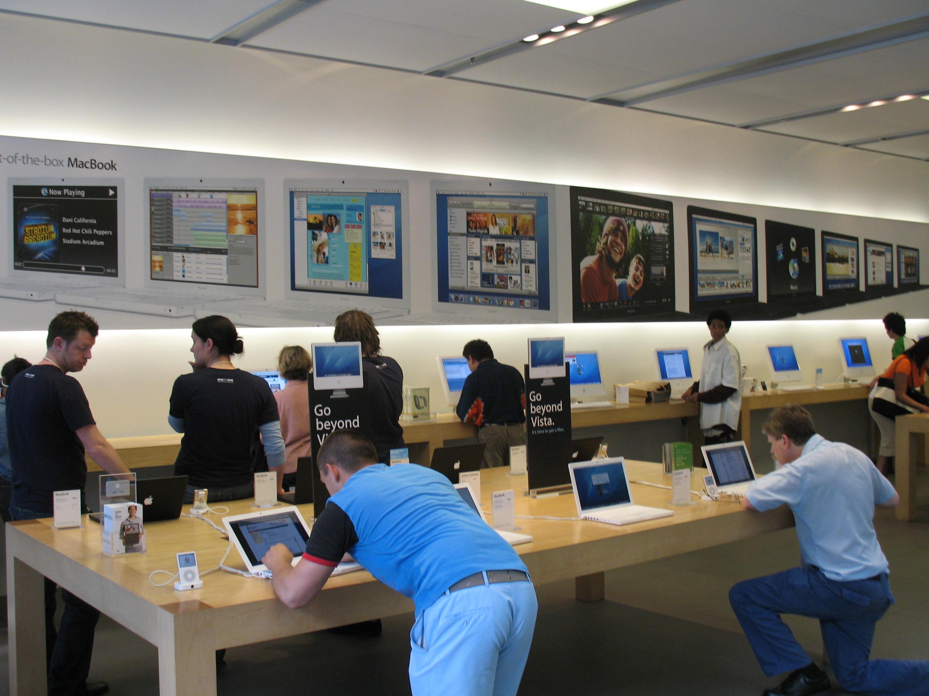 دادن یک تجربه حسی واقعی در فروشگاههای اپل شما را اسیر خود میکند. چه کسی است که بتواند در مقابل بازی angry bird روی صفحه باز موبایل روی میز مقاومت کند؟ به این ترتیب شما حتی قبل از خرید مشتری میشوید!