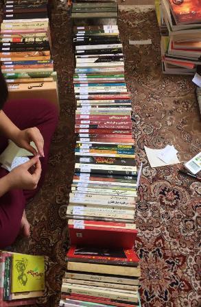 خواهرزادهام در حال برچسب زنی و کددهی به کتابها