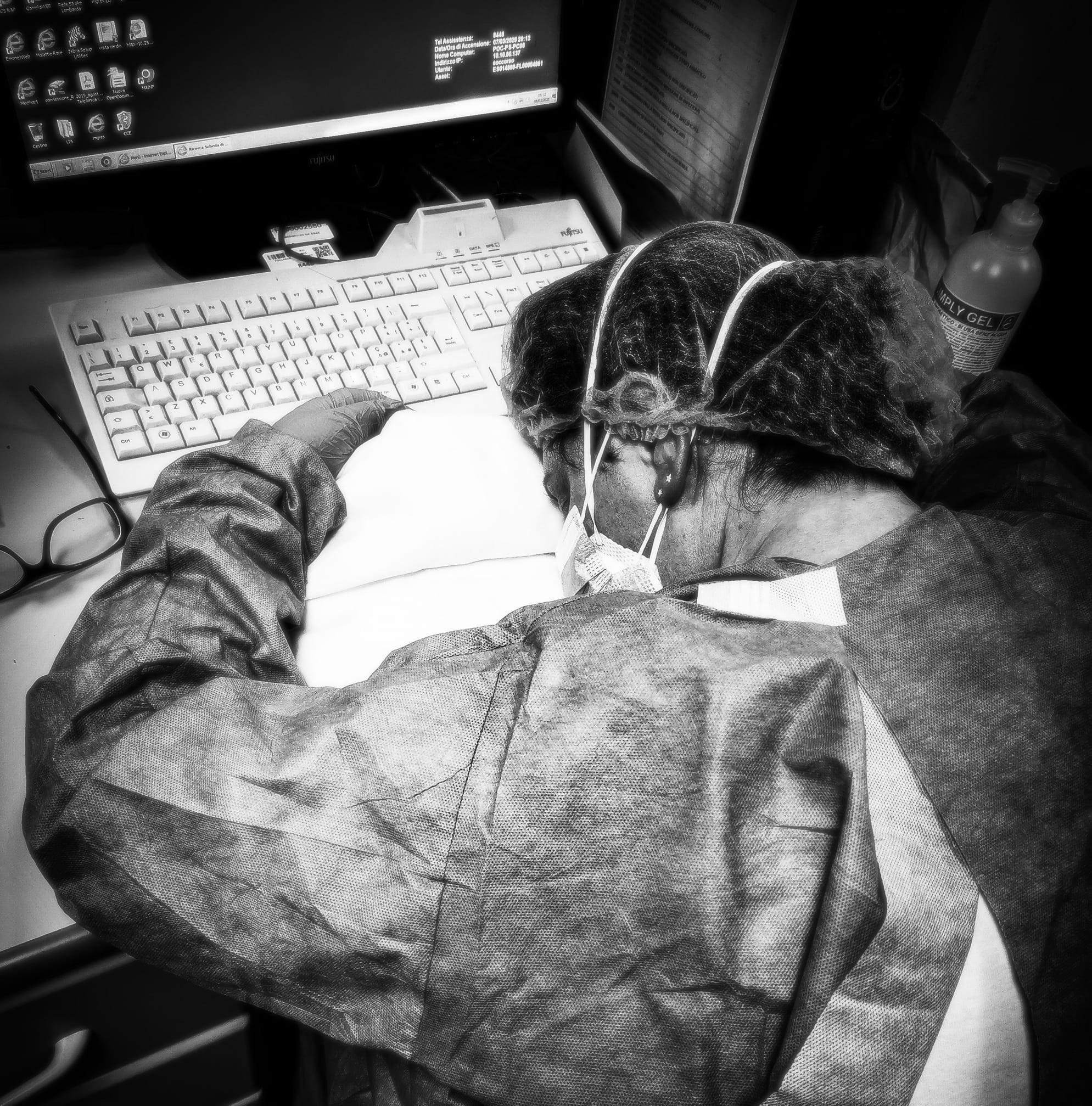 عکس Francesca Mangiatordi یک پرستار ایتالیایی که در حین جنگ با ویروس کرونا در هم شکسته است.