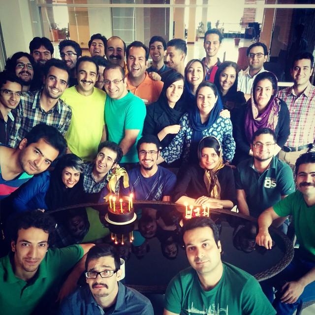 اولین عکس دستهجمعی که توش بودم. تقریباً همهی افراد اون زمان شرکت تو همین عکس هستند.