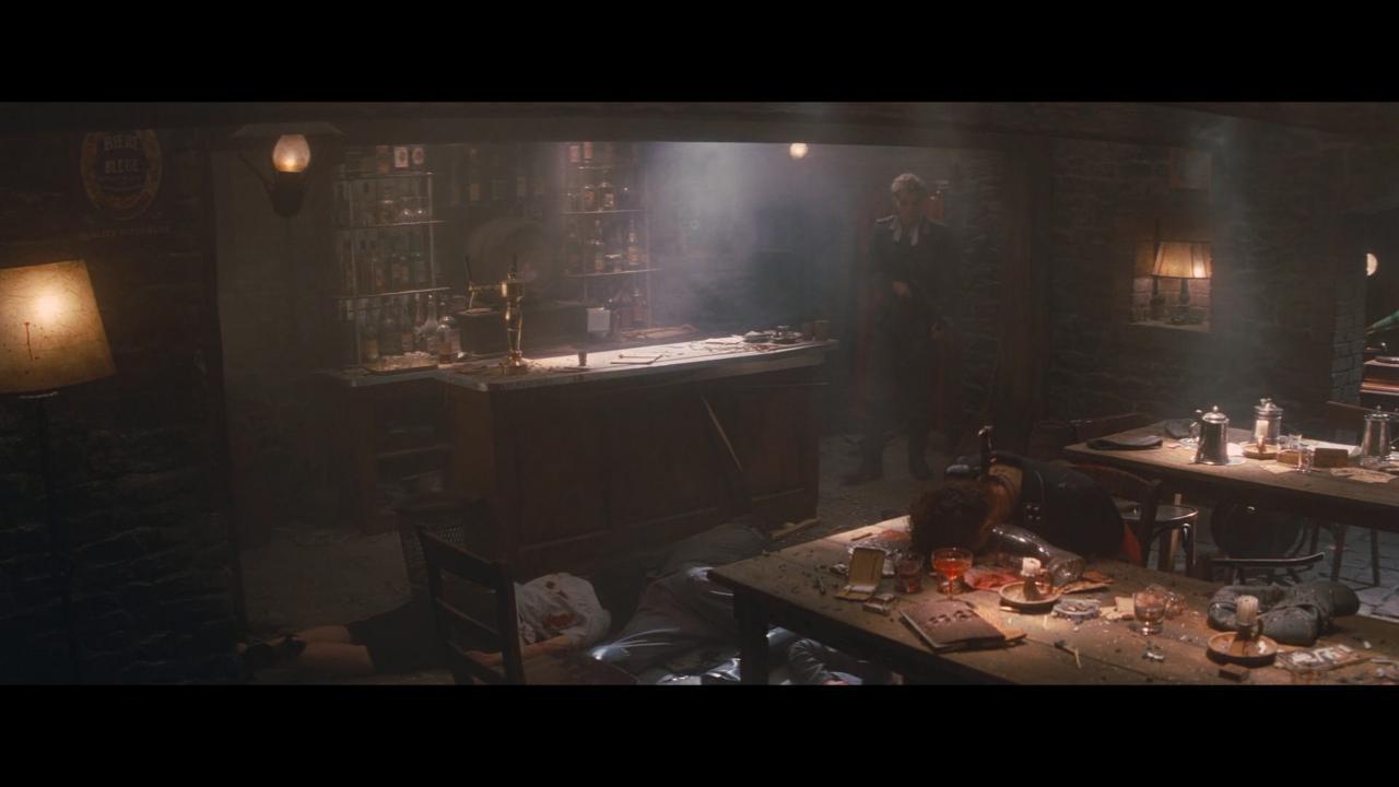 قاب بعد از صحنه تارانتینویی موعود. وقتی همه غیر از ویلهلم و البته ون همرسمارکِ بازیگر کشته شدهاند.