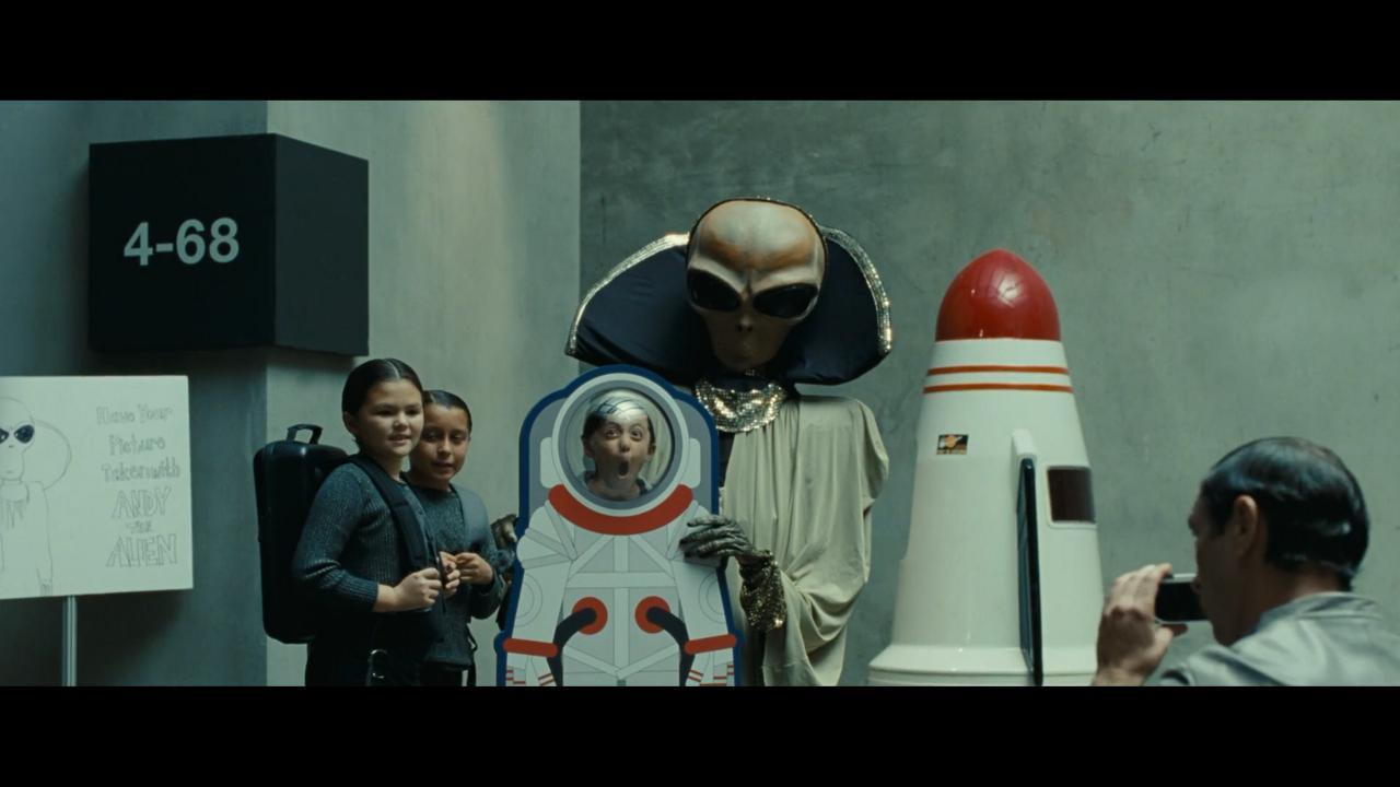 سفر به ماه جنبه تفریحی پیدا کرده و کودکان در حال عکس گرفتن با شخصیتهای فضایی هستند.