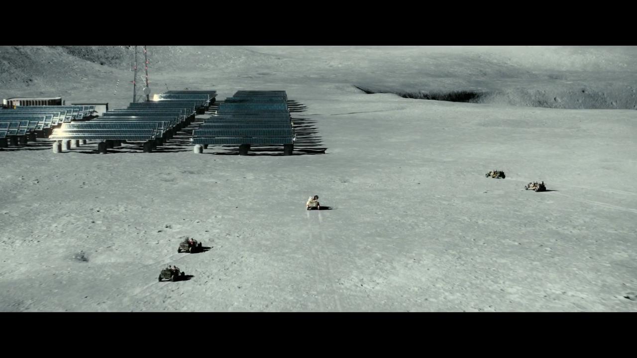عدهای غارتگر در ماه به چپاول اموال دیگران میپردازند. نمایی که شبیه وسترنهای کلاسیک است. فقط به جای اسب، دزدان با ماهپیما به دنبال غارتگری هستند.