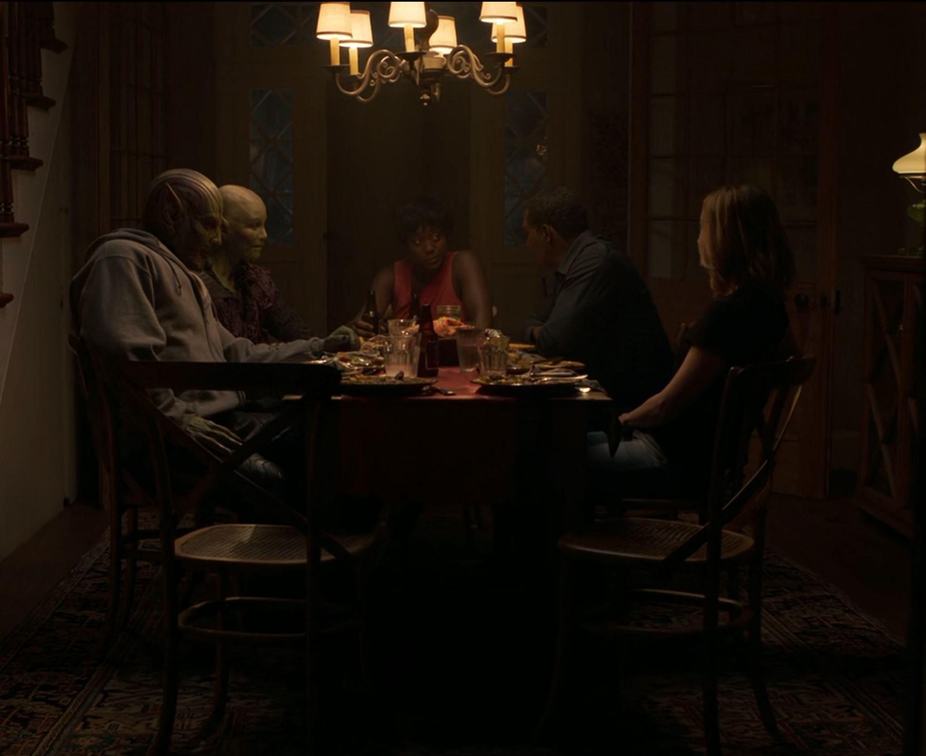 نمای میز شام پس از دفع مشکل، سه شخصیت سمت راست زمینی هستند.