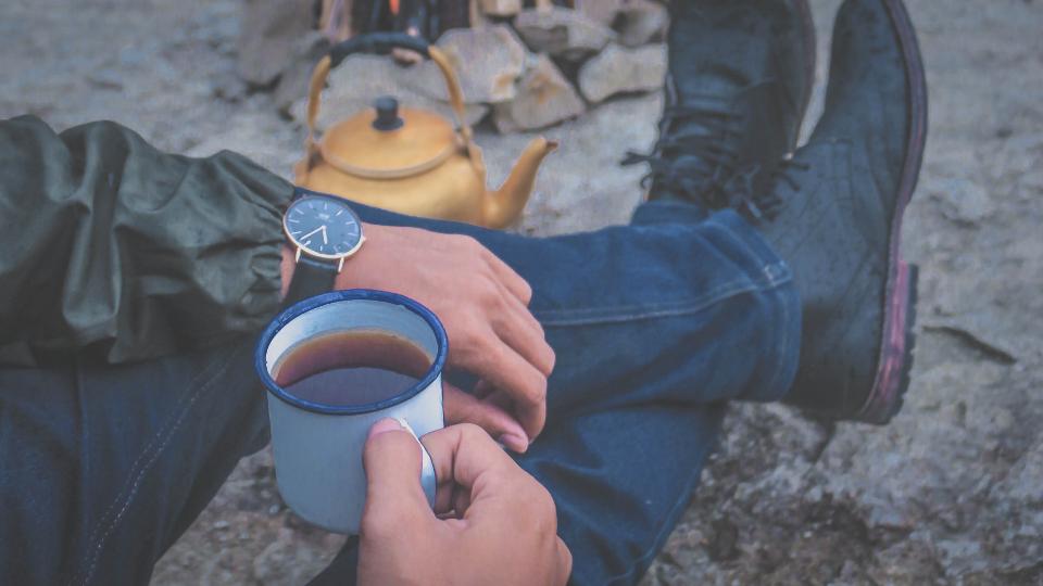 چای مان را بنوشیم تا سرد نشده