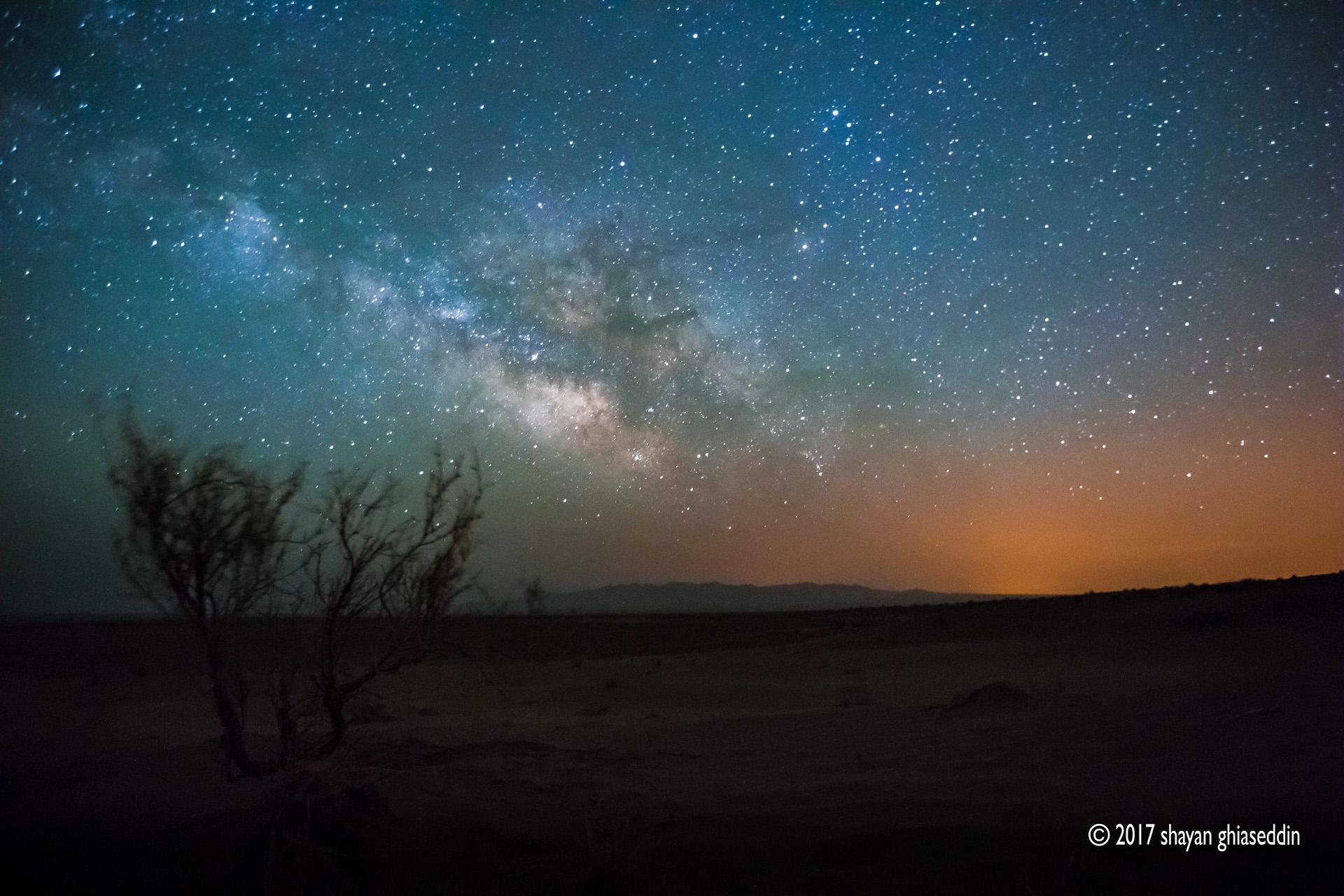 کهکشان راه شیری و آلودگی نوری شهر، کویر مرنجاب، کاشان - فروردین ۱۳۹۴