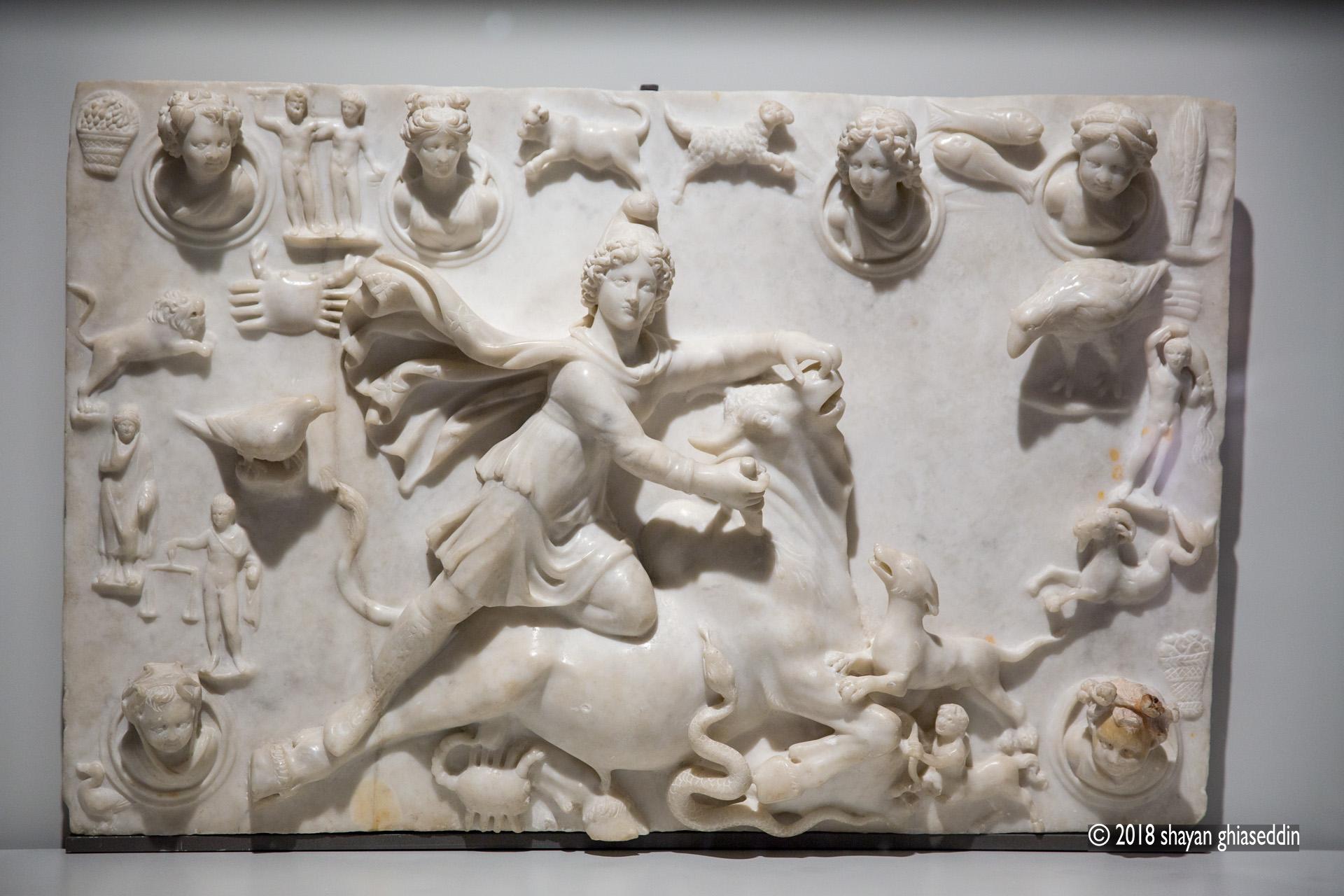 سنگنگاره مِهر گاوکُش، قرن ۴ میلادی، یافته شده در صیدا در لبنان، نگهداری در موزه لوور