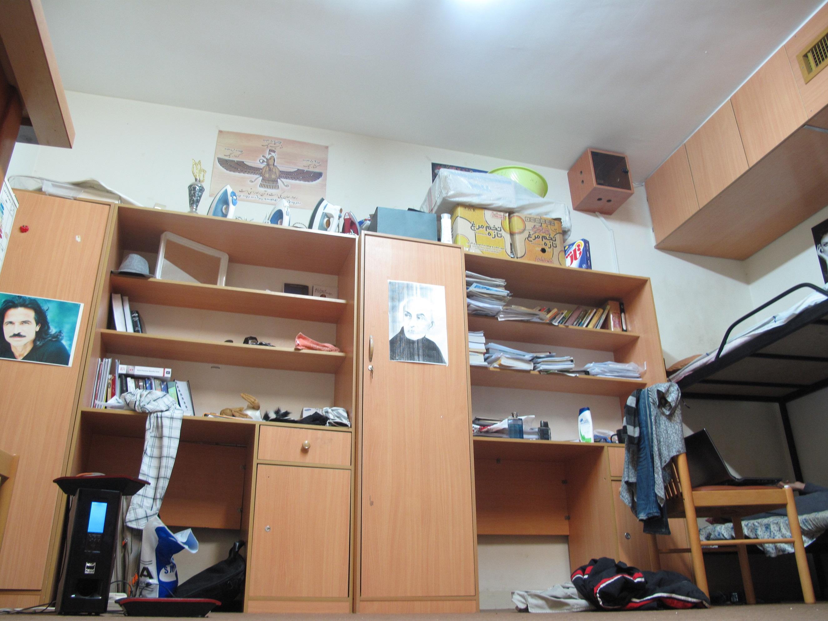 خوابگاه کارشناسی، سال چهارم. سمت راست کمد خودم، سمت چپ مال آرش بود.