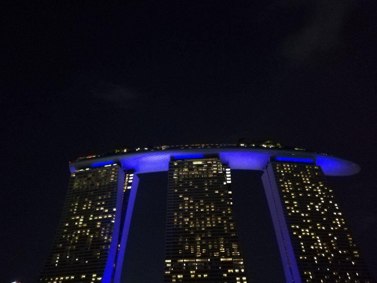 اون هتله که بالاش شبیه کشتی بود و خیلی به عنوان نماد سنگاپور به کار میره