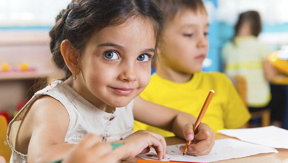 کودکان عموما توانایی تمرکز بالاتری دارند و این توانایی، سرعت یادگیری آنها را بالاتر میبرد. این به معنی آسانبودن یادگیری نیست!