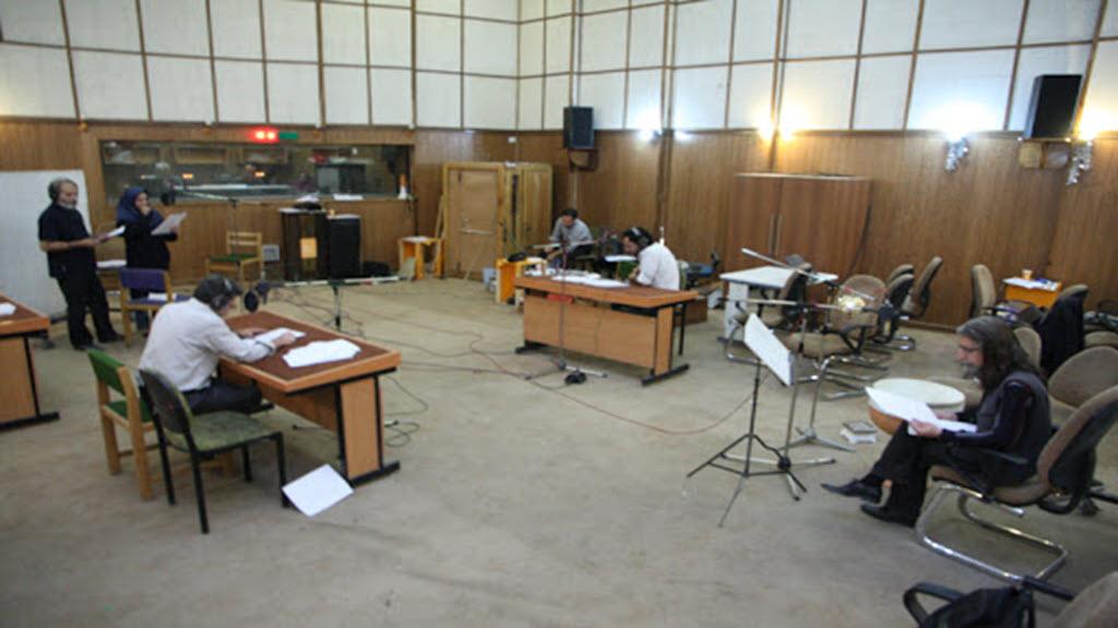 ضبط نمایشنامه رادیویی در استودیو