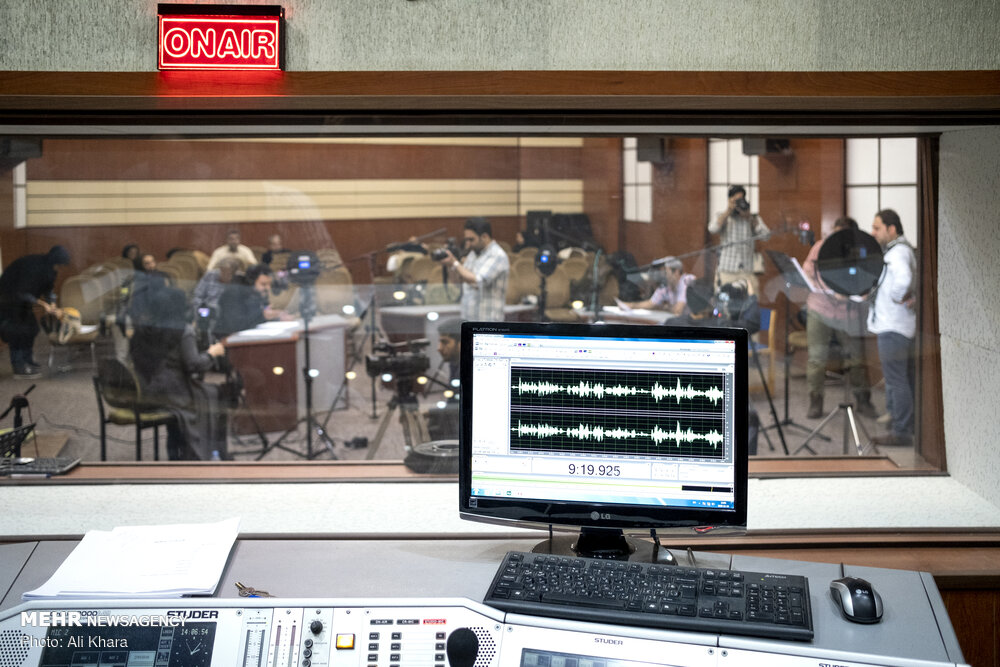 تجهیزات ضبط نمایشنامه رادیویی در استودیو