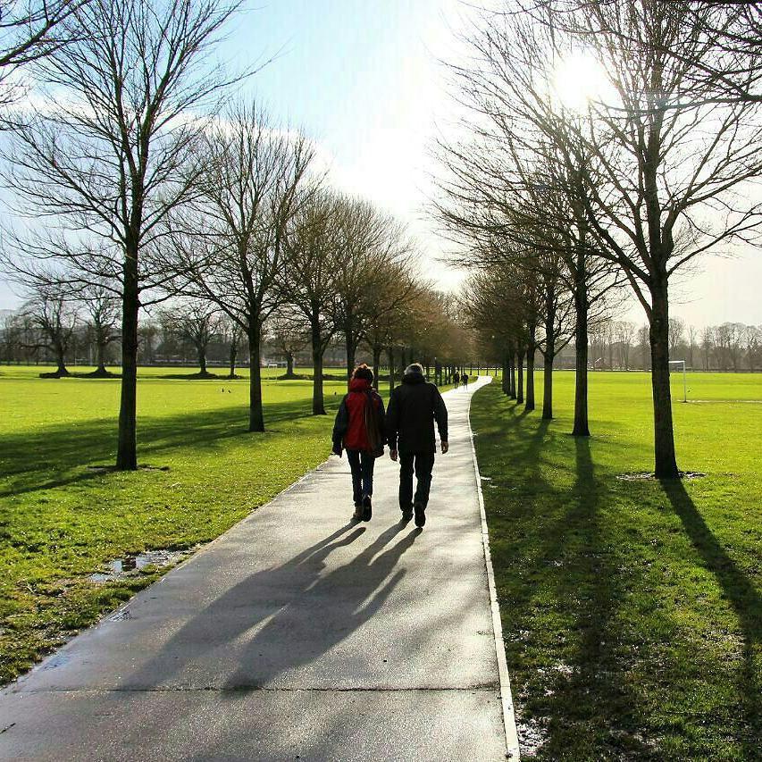قدم زدن هوشیارانه دو نفره لذت بیشتری دارد. پارک بیوت، کاردیف