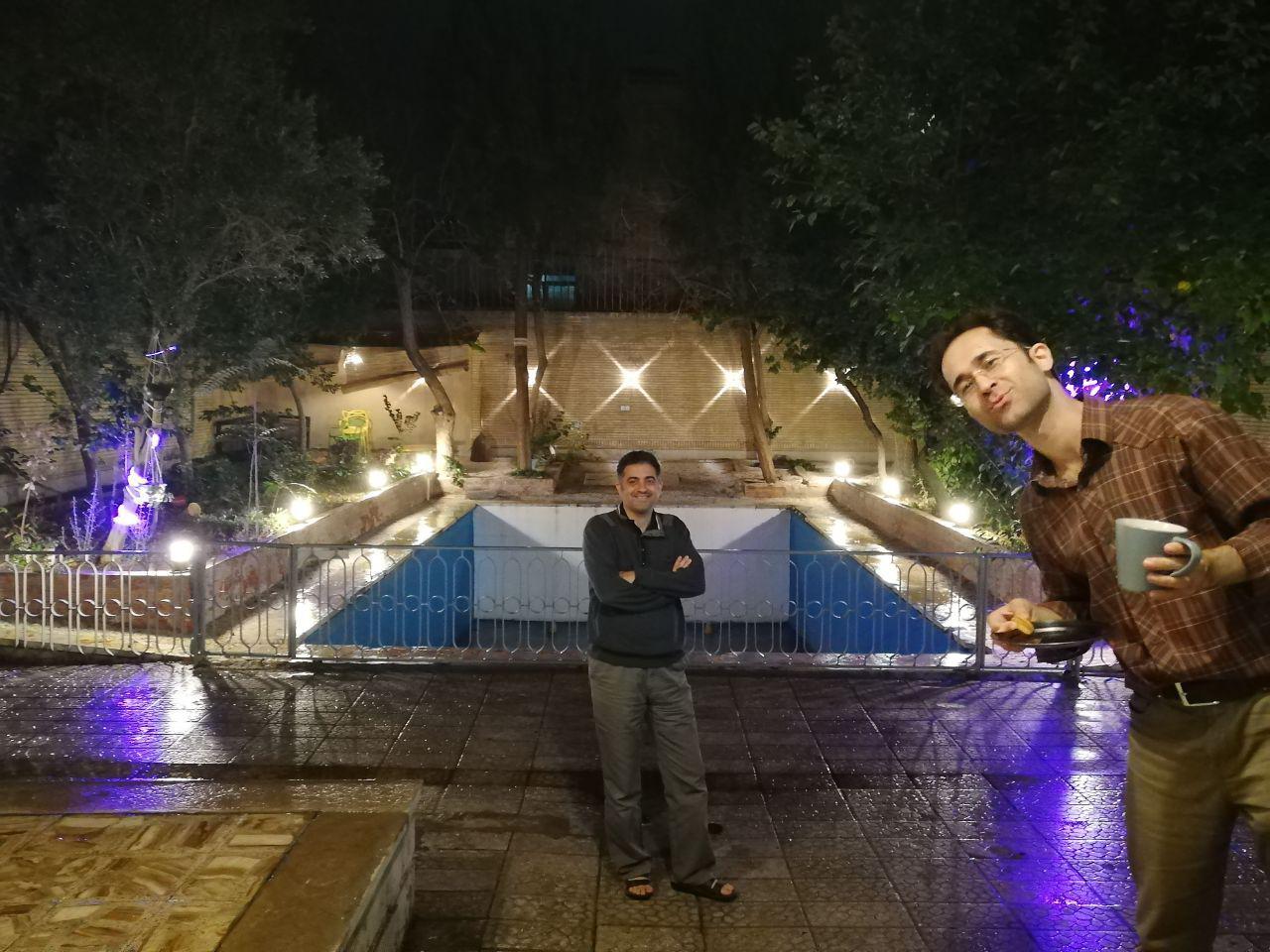 هشدار عکس تزئینی. عکس دونفره در روز بارانی پايیزی بارانی در آبی سفید اصفهان.