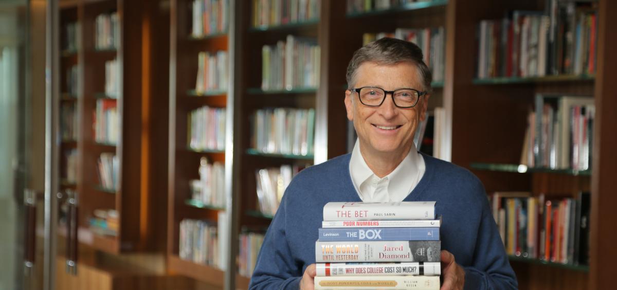 بیل گیتس که به طور مستمر در وبسایتش معرفی و نقد کتاب دارد