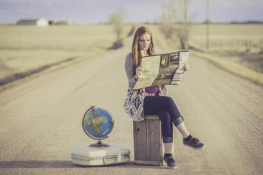 وسط جاده روی صندق میوه نشسته با کره زمین کنارش! اینقدر الکی و خوش. احتمالا عکس برای قبل کروناست! بامزه بود؛ حالا بریم سراغ کار!