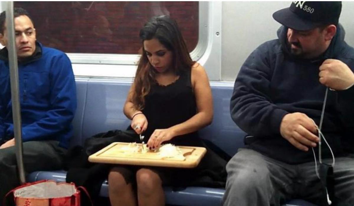 تو سالمند یا باردار نیستی، پس صندلی مترو مال تو نمیشه!