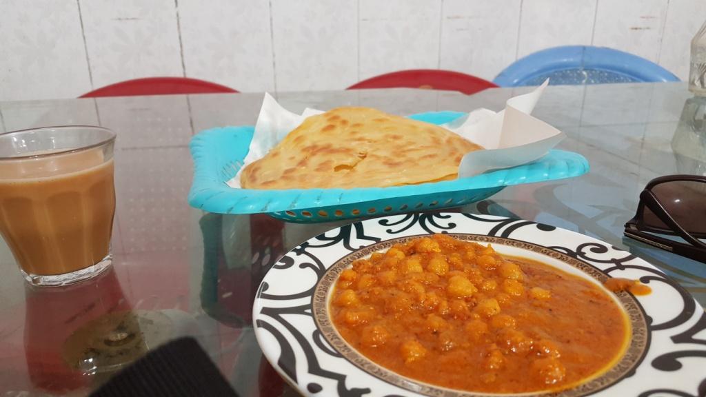 صبحانه کابلی به همراه پراتا و شیرچای، عکاس:زهرا شجری(1397/01/04)