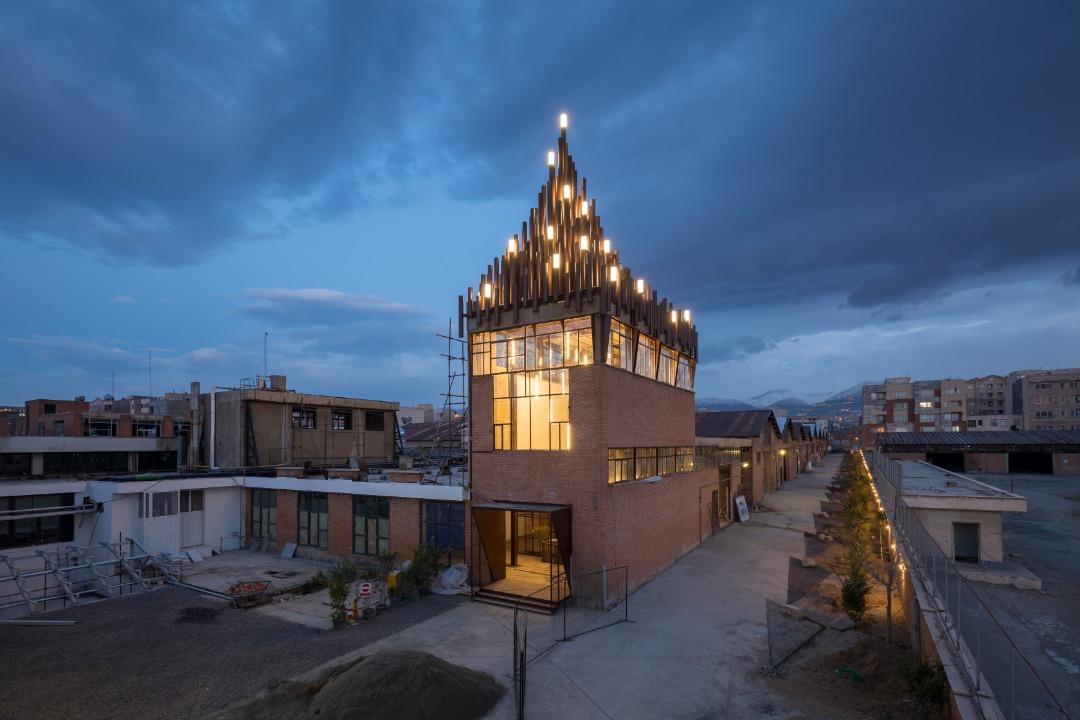 نمای کارخانه نوآوری آزادی در شب