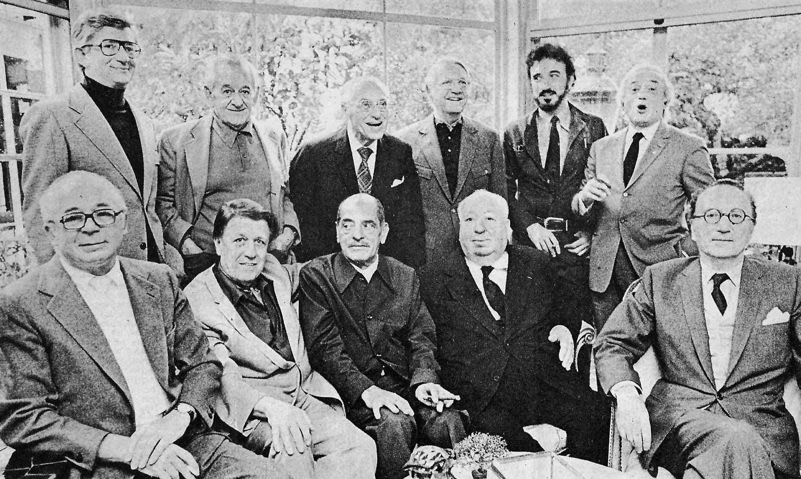 نفرات ایستاده(از چپ به راست): رابرت مالیگان-ویلیام وایلر-جورج کوکر-رابرت وایز- ژان کلود کاریه و سرژ سیلورمن. نشسته: بیلی وایلدر- جورج استیونز- لوئیس بونوئل- آلفرد هیچکاک- روبن مامولیان