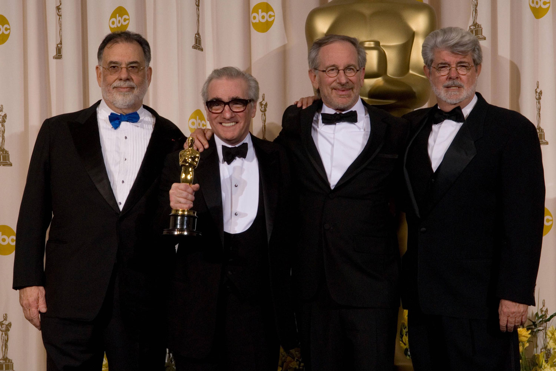 جورج لوکاس، استیون اسپیلبرگ و فرانسیس فورد کاپولا در حال اهدا جایزه ی اسکار به مارتین اسکورسیزی