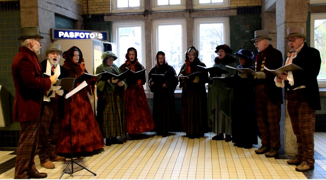 اجرای زنده در ایستگاه قطار