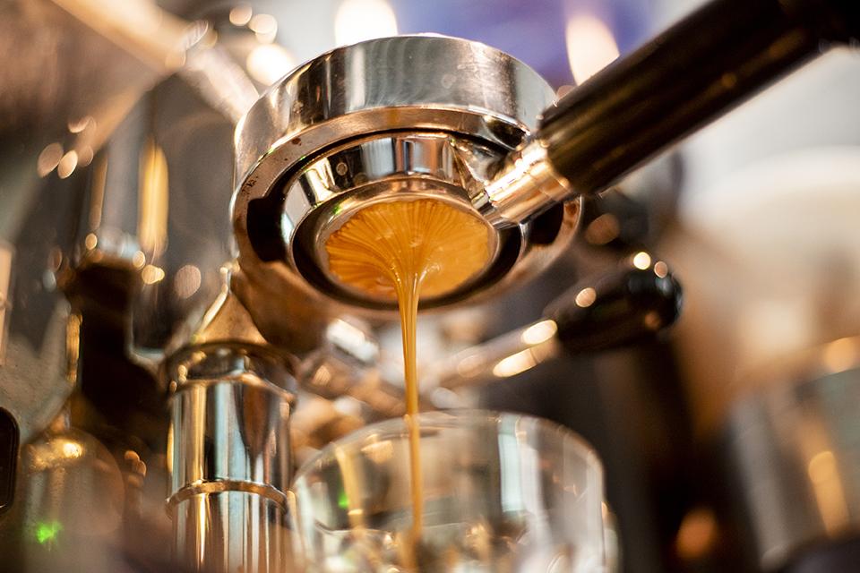 چقدر قهوه بخوریم؟ خطرات و مضرات قهوه و کافئین