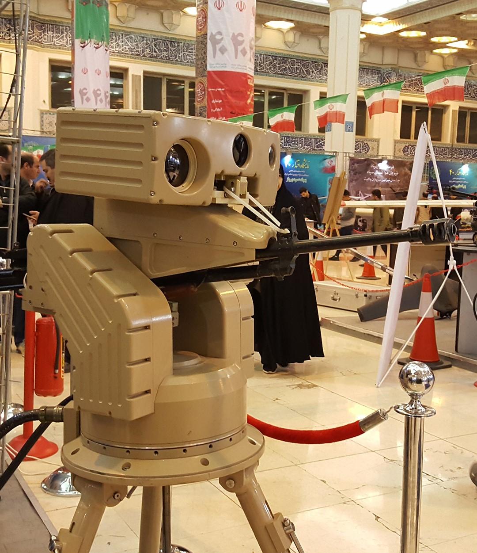 ربات «حامی 12» سپاه که میتواند با هوش مصنوعی خود، روی هدف قفل کند و دو دوربین عادی و مادون قرمز دارد - نمایشگاه اقتدار 40، مصلای تهران