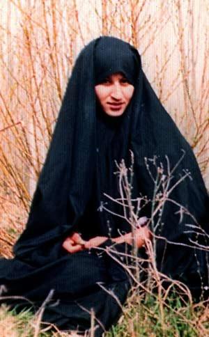 زن ایرانی، یعنی نسرین افضل. او که در 1338 به دنیا آمده بود، از پیش از انقلاب، فعّالیتهای دینی و سیاسی خود را آغاز کرد. پس از انقلاب به جهاد سازندگی پیوست و برای کمک به مستمندان، به روستاهای مناطق محروم اعزام شد. با آغاز جنگ او به شهر خود بازگشت و به یاری آوارگان پرداخت و پس از مدّتی در دبیرستان عشایری مشغول گردید. او سپس به عنوان معلّم به مهاباد اعزام شد. در سال 1361، در کمال سادگی، با یکی از پاسداران ازدواج کرد. همیشه آرزو داشت مانند شهید مطهری به شهادت برسد، پس از یک سال حضور در مهاباد، در شامگاه 10 تیر 61، به آرزوی دیرین خود رسید و در پی به رگبار بسته شدن ماشین حامل ایشان از سوی ضدّانقلاب، تیری به سرش اصابت کرد.
