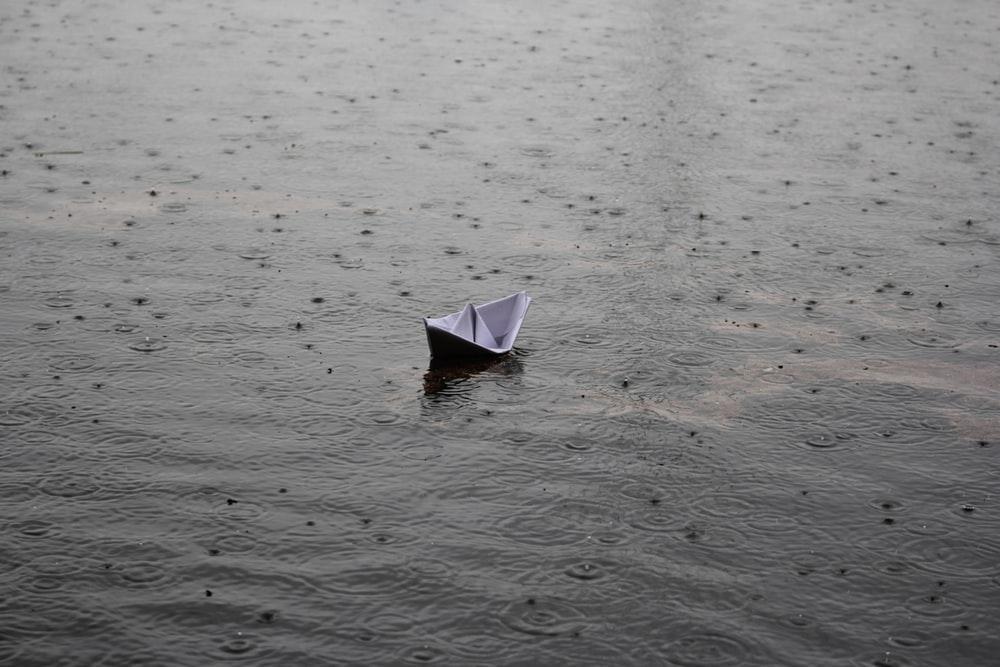 گاهی شاید در میانه یک طوفان بودن رو با یک قایق کاغذی، به برخی سکون ها ترجیح میدیم