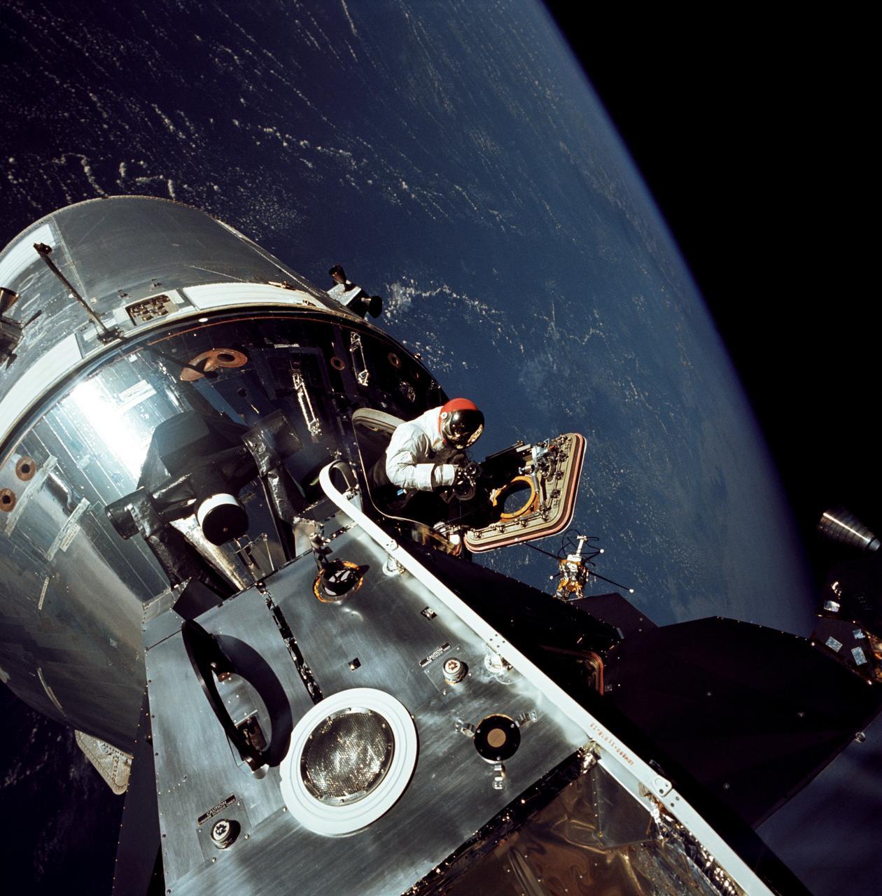 اتّصال آزمایشی CSM و LM - آپولو 9 - مدار زمین | فضانورد David R. Scott رو در حال راهپیمایی فضایی میتونید ببینید.