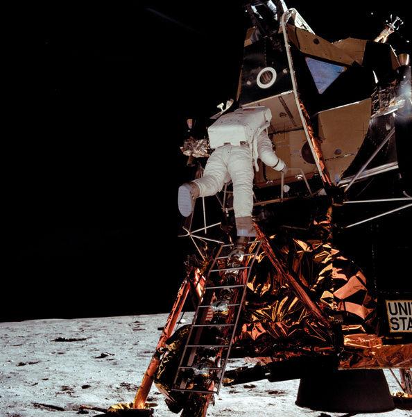 باز آلدرین در حال پایین اومدن از نردبان | این صحنه بعضاً به اشتباه به آرمسترانگ و اوّلین قدم نسبت داده میشه؛ در حالی که فضانورد توی عکس، آلدرین هست و تصویربردار، آرمسترانگ بوده