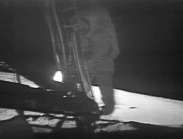 نیل آرمستراگ در حال پایین اومدن از نردبان