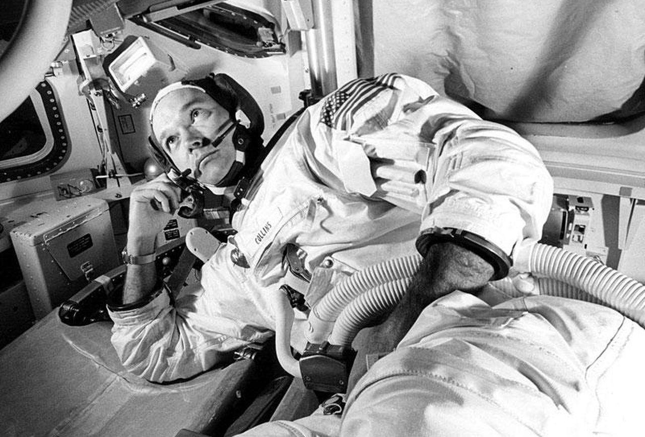 مایکل کالینزِ منتظر، Apollo 11 CM، مدار ماه | توی اون لحظه، تنهاترین انسان بود! زمانی که سمت دیگهی ماه قرار میگرفت، نه با دو خدمهی دیگه و نه حتّی با زمین میتونست ارتباط رادیویی داشته باشه. نزدیک چهارصد هزار کیلومتر با زمین فاصله داشت و نزدیکترین دو انسان بهش هم آرمسترانگ و آلدرین بودن که اونطرف ماه قرار داشتن...