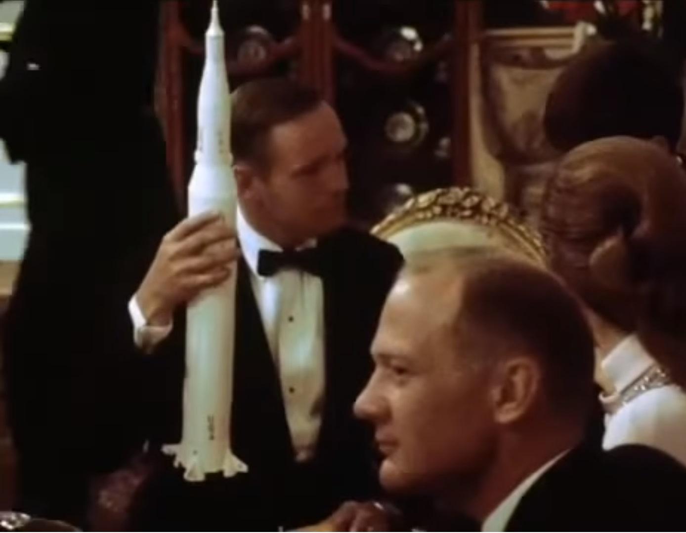 هدیهی آرمسترانگ به شاهزادهی پهلوی (هنوز هم توی کاخ نیاوران و توی اتاق شاهزاده برای بازدید موجود هست!)