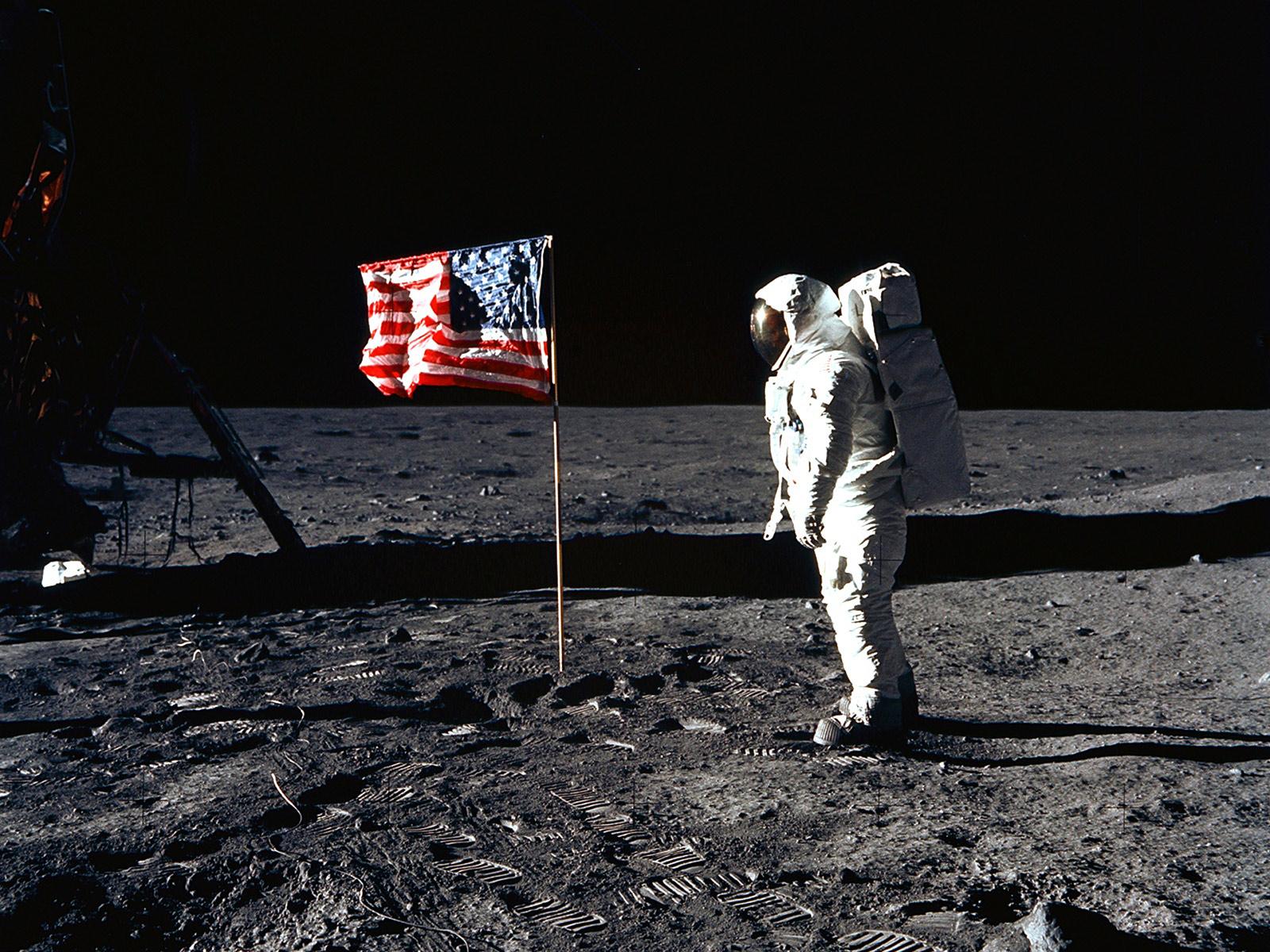 باز آلدرین در کنار پرچم | اشتباهی که انجام دادن، نصب بیش از حد نزدیک پرچم به ماژول فرود بود که باعث شد لحظهی برخاست مجدّد از سطح ماه، پرچم واژگون بشه. توی مأموریتهای بعدی، پرچم رو توی فاصلهی ایمنتری نصب کردند.