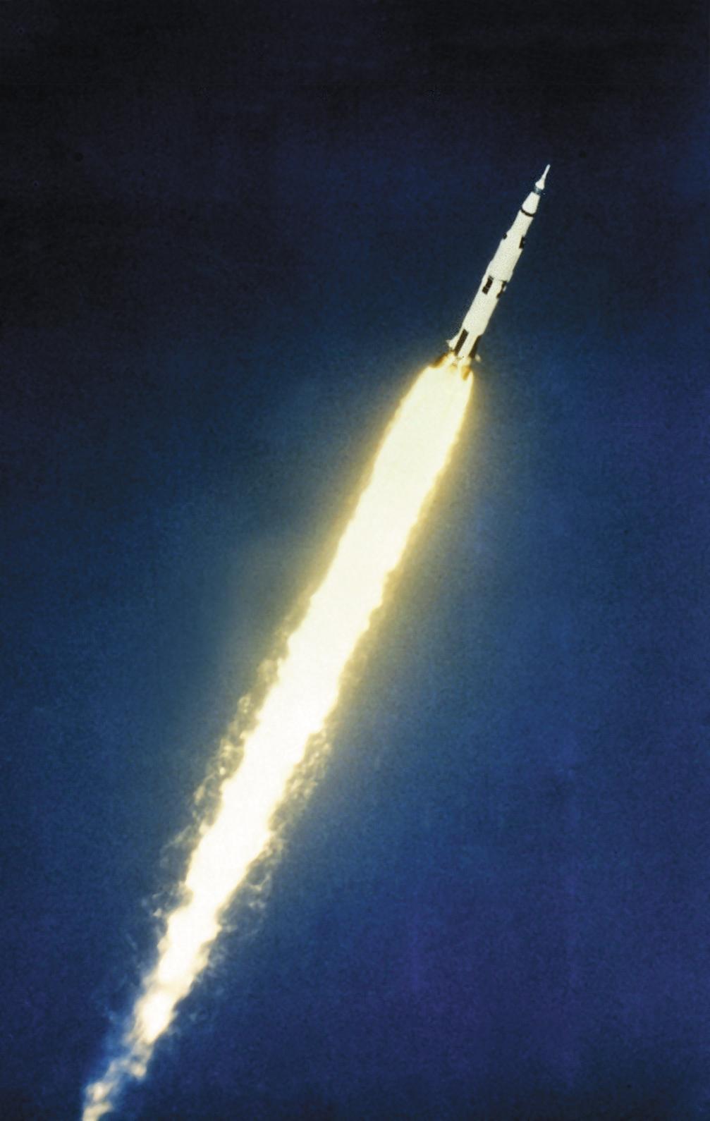 موشک ساترن پنج در حال ترک زمین به مقصد ماه