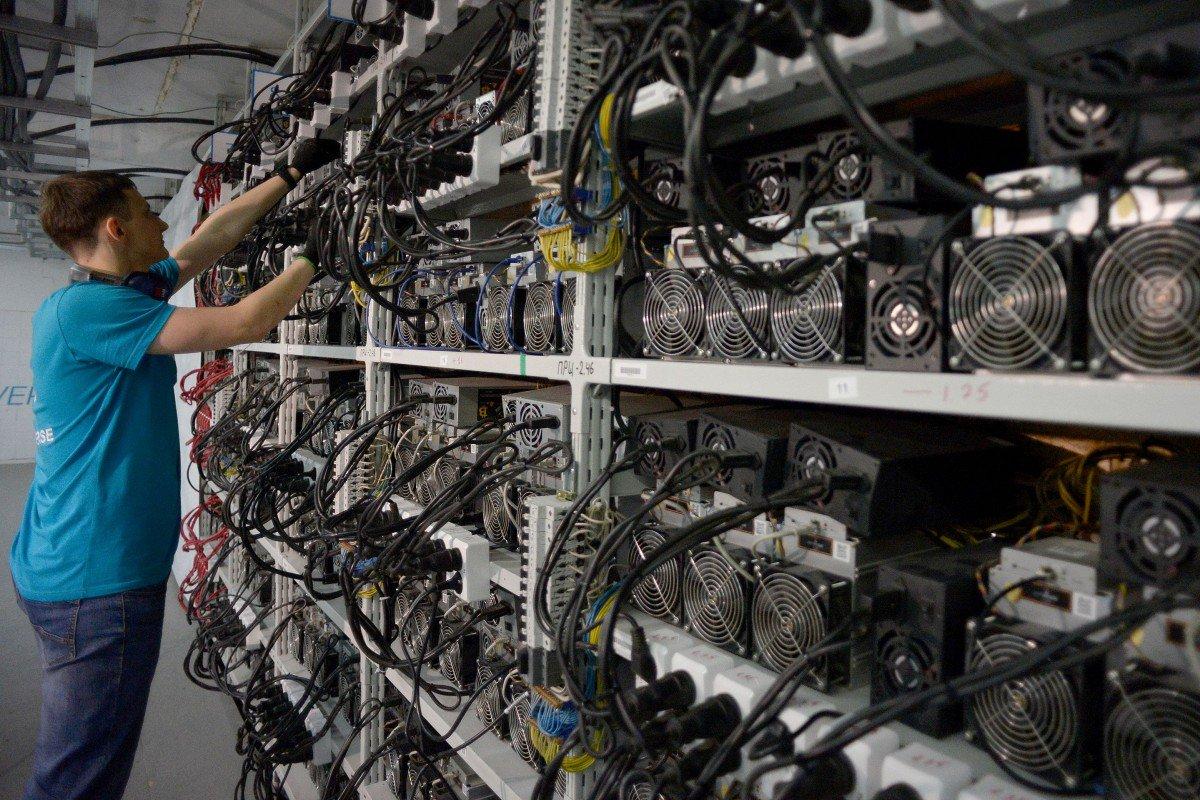 نمایی از یک mining farm - «مزرعه»ای پر از پردازندههای قدرتمند مخصوص استخراج رمزارزها (موسوم به miner)