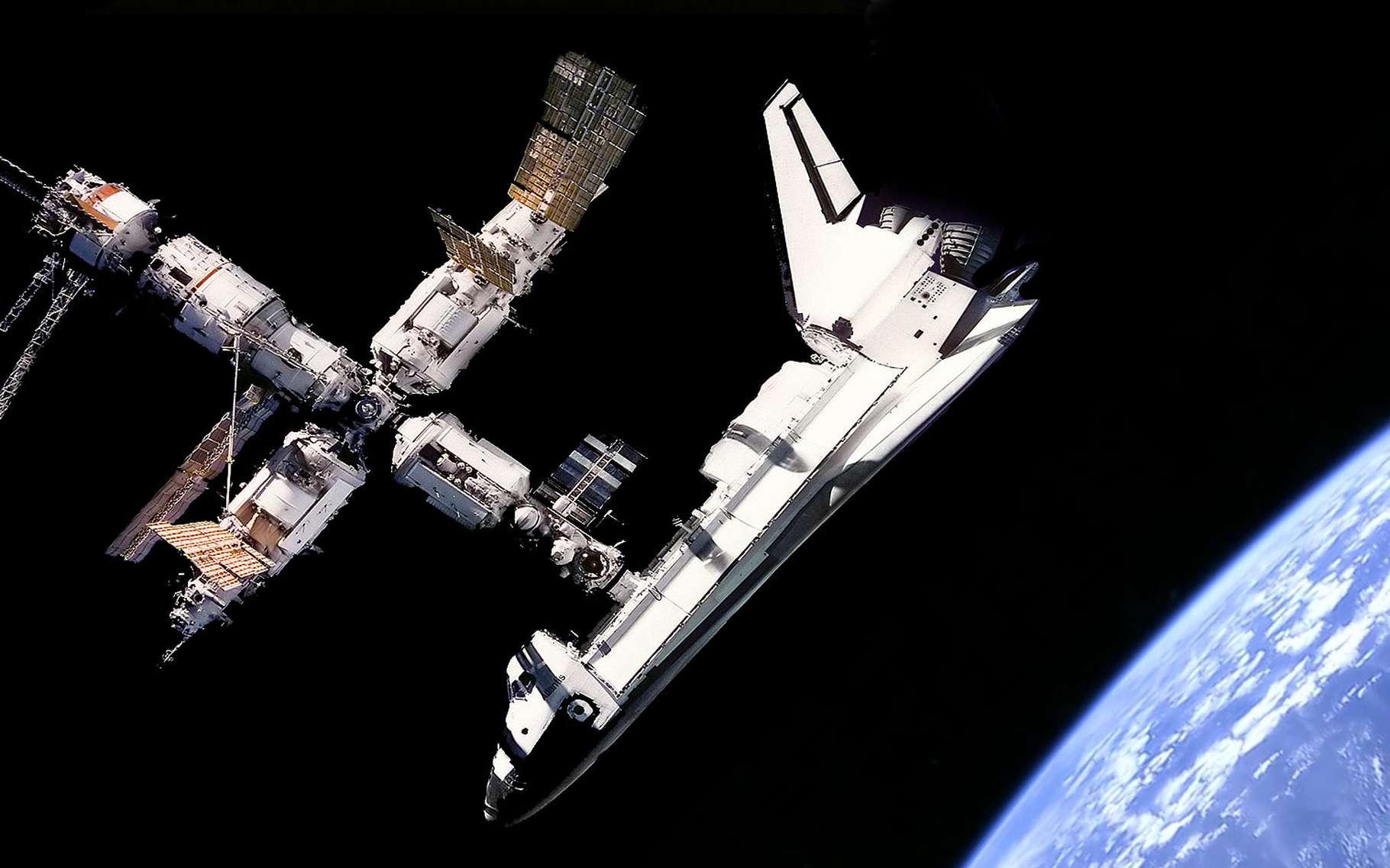 پهلوگیریِ شاتل فضایی آتلانتیس به ایستگاه فضایی میر