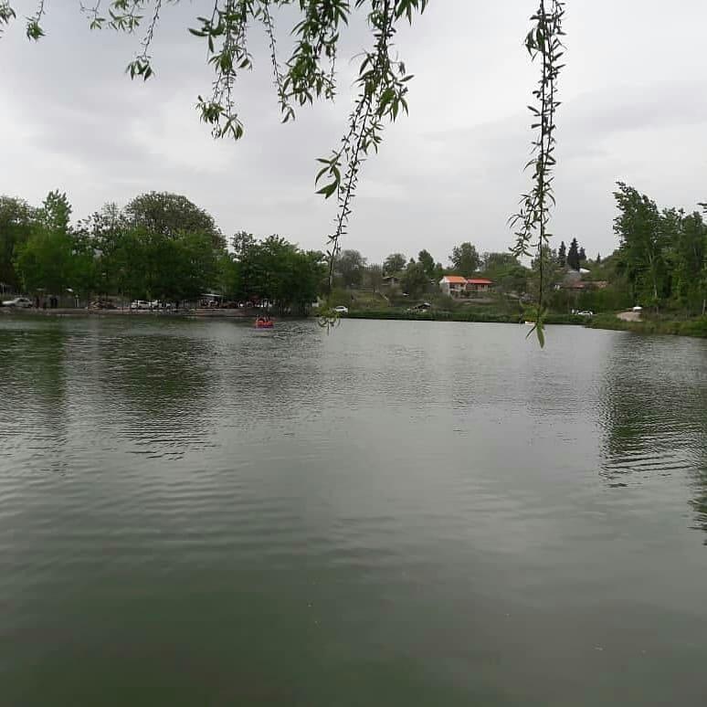 دریاچه جلو رستوران ماه نشین