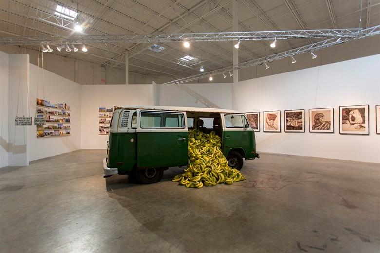 پائولو نازَرِت هنرمندی هیپی واراست  که در راستای یافتن هویت، با سفر به اقصی نقاط جهان دست به ترکیبی از عکاسی مستند،صحنه پردازی شده همراه با چیدمان می زند. او کارهایش ساده و مبتدیانه  بنظر می رسد اما در سیر کارهایش یک فرم خاص را دنبال می کند تا مفهومش را برساند.