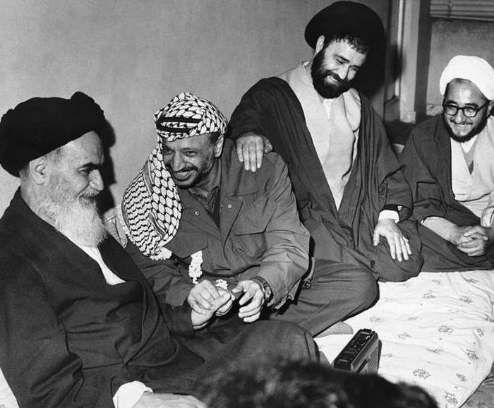 یاسر عرفات در تهران در کنار امام خمینی   عکس از سایت جماران
